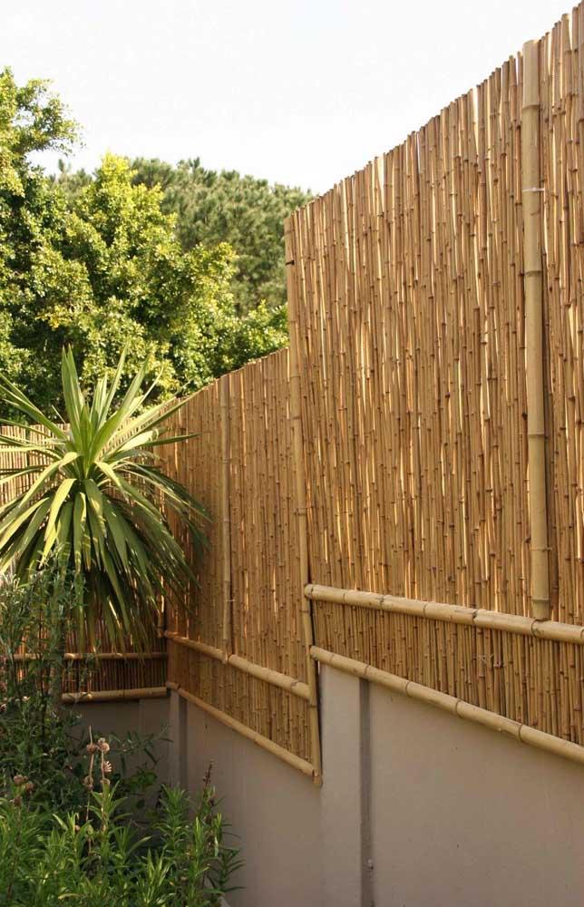 Cerca de madeira feita com bambu: ideia despojada e ecológica para a estrutura