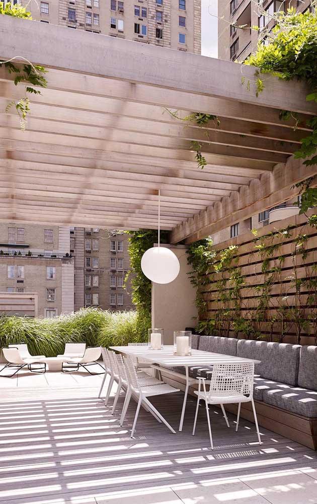 A cerca de madeira neste terraço também serviu como base do jardim vertical