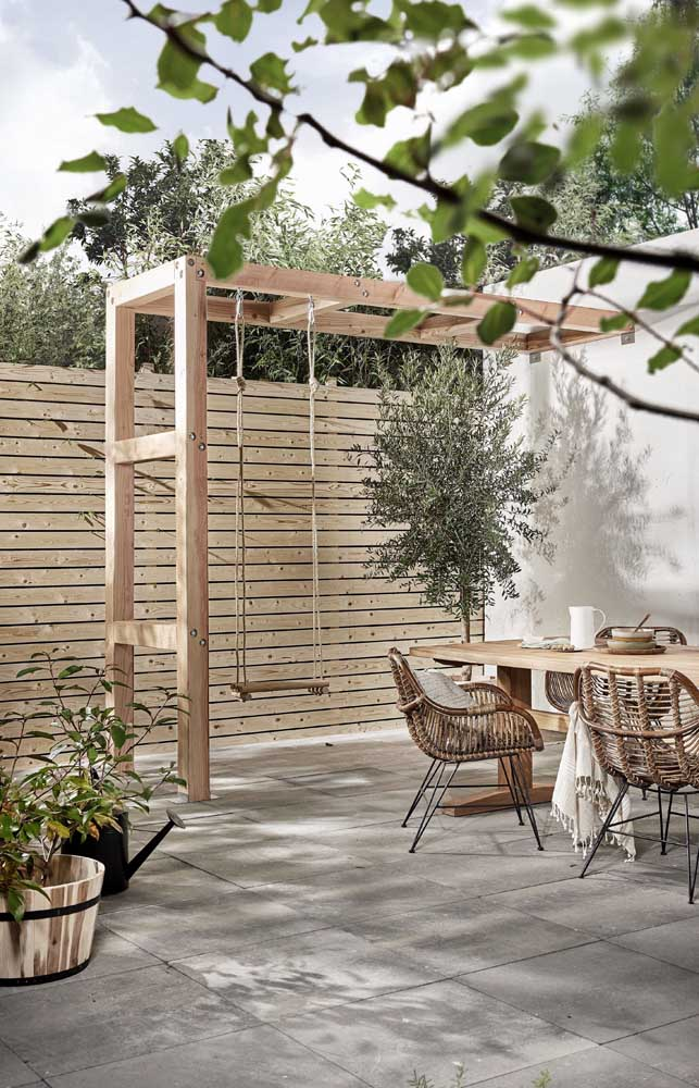 Cerca de madeira alta para o quintal da casa com ripas instaladas na horizontal