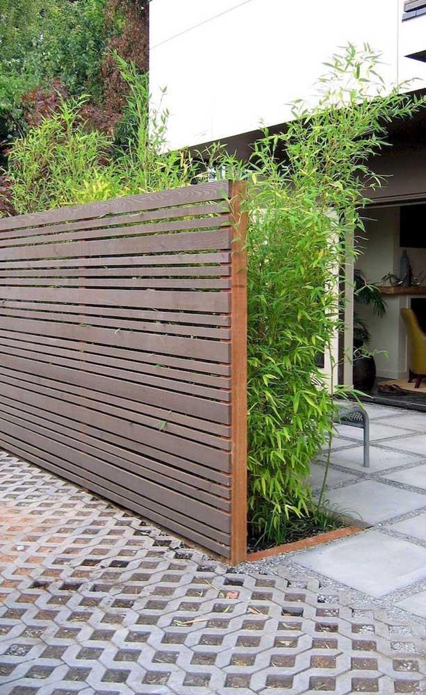 Cerca de madeira para o canteiro verde da casa, demarcando ambientes em uma altura mediana