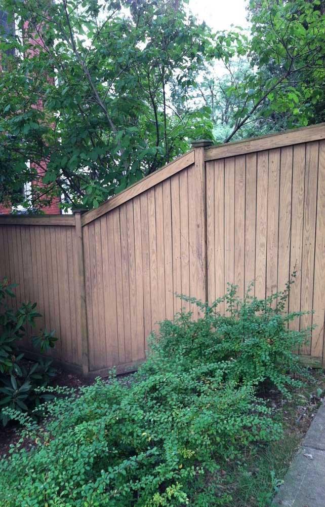 Para acompanhar os níveis do terreno, a cerca de madeira totalmente fechada ganhou uma parte na diagonal
