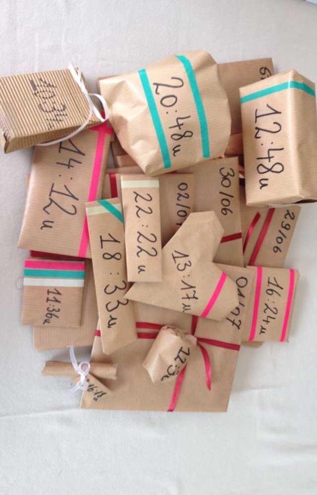 Inspiração de surpresa para o namorado com caixas de presente indicando o horário certo para abri-las