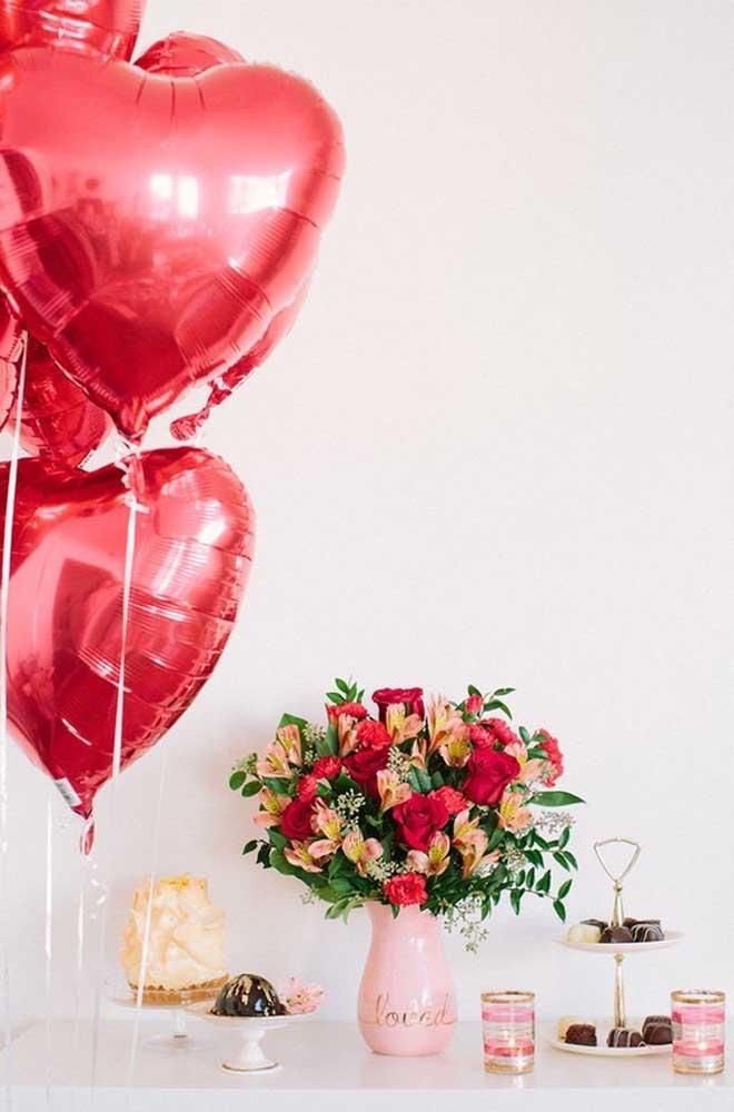Um cantinho com balões e doces pode ser a surpresa perfeita para o namorado, sem contar que é simples e rápida de fazer