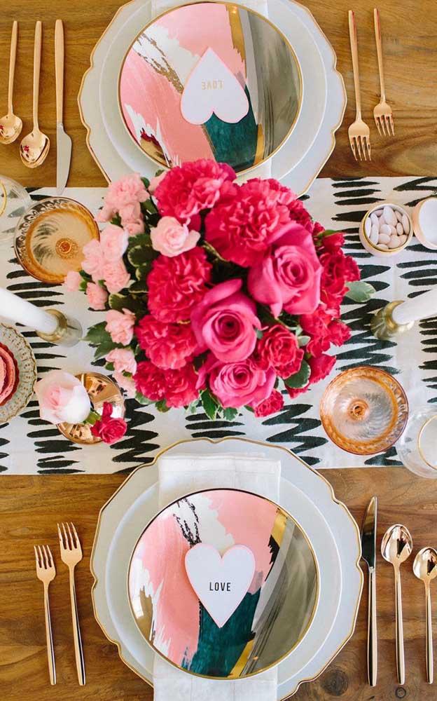 Decore a mesa do jantar de modo personalizado e surpreenda o seu namorado
