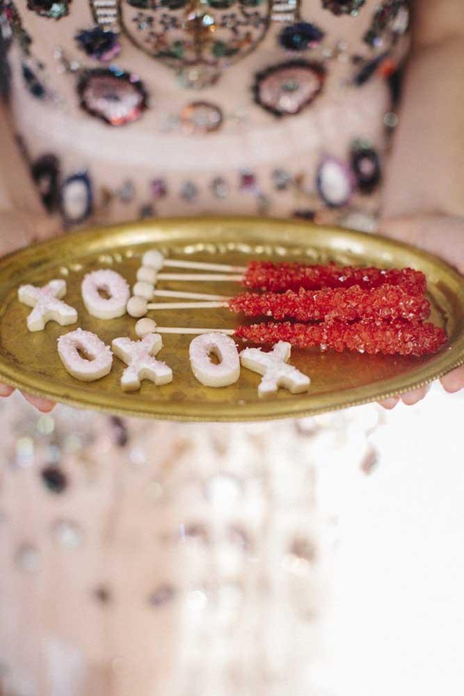Você também pode fazer doces personalizados e incluir na surpresa para o namorado