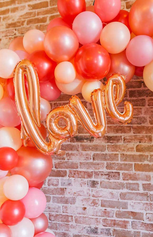 Uma boa opção para a surpresa para o namorado é fazendo arcos de bexigas e balões flutuantes