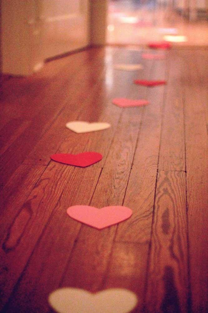 Surpresa para o namorado com caminho trilhado por corações de papel