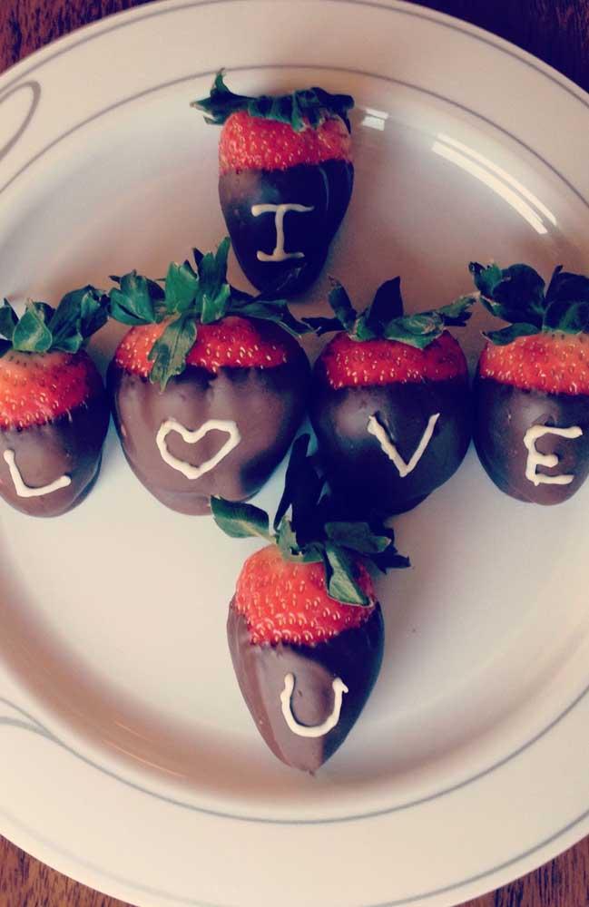 Morangos com chocolates são sempre boas pedidas para surpreender quem se ama