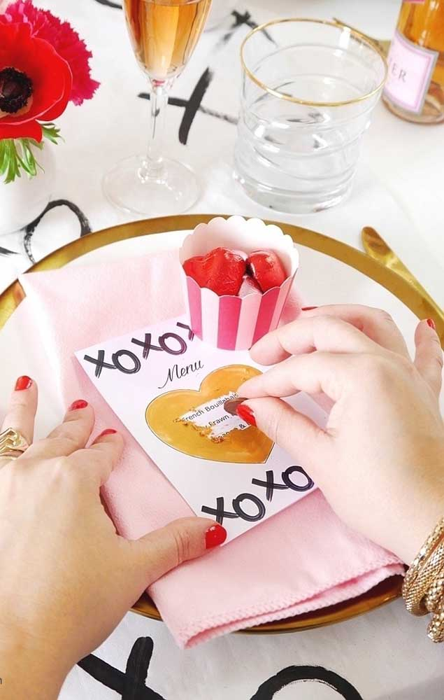 Uma ideia super criativa é fazer raspadinhas para presentear o namorado; o presente você determina