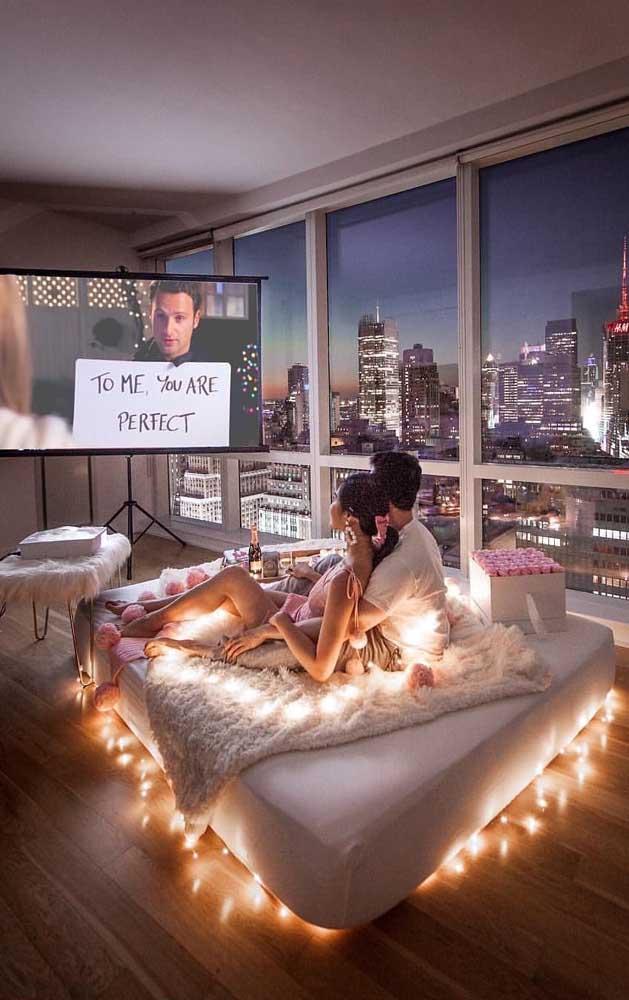 Opção simples e romântica para presentear o namorado: um tempo exclusivo para os dois assistindo filme