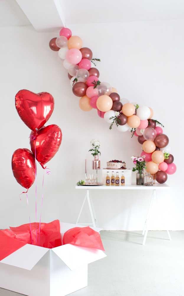 Balões para decorar a mesa de aniversário do namorado e caixa de balões em formato de coração
