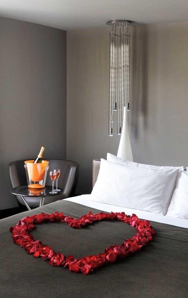 A surpresa para o namorado no quarto pode contar com um coração feito com pétalas de rosas