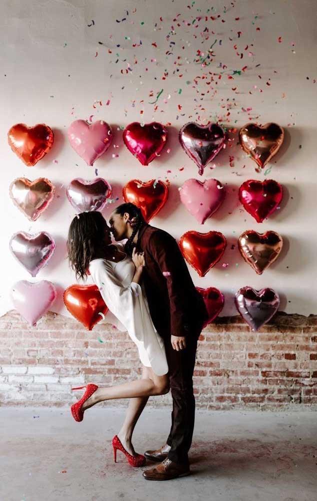 O mural de balões de coração ficou perfeito para fazer fotos românticas em um dia especial
