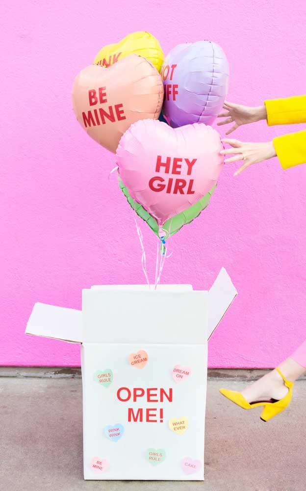 Caixa de presente com balões flutuantes e frases fofas para presentear