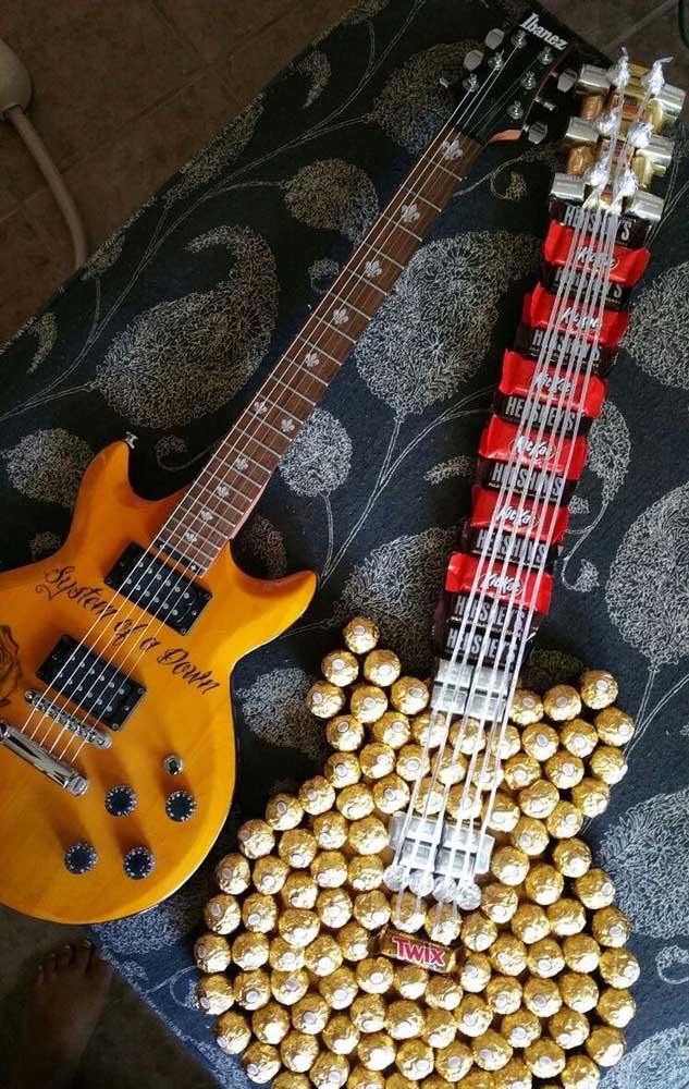 Uma ideia criativa onde a forma da guitarra foi completada por bombons