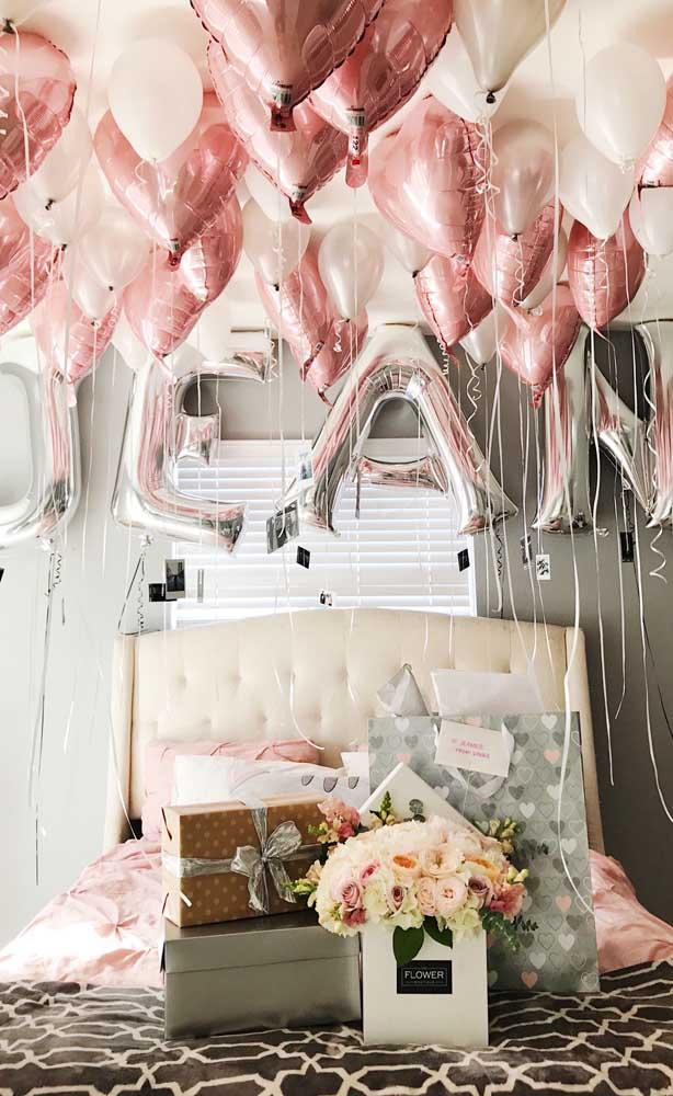 Surpresa para namorado com balões e presentes no quarto decorado