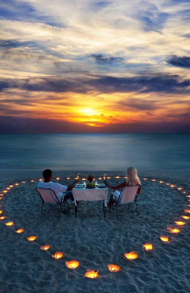 Para deixar o clima ainda mais romântico, a praia foi decorada com luzes formando um coração