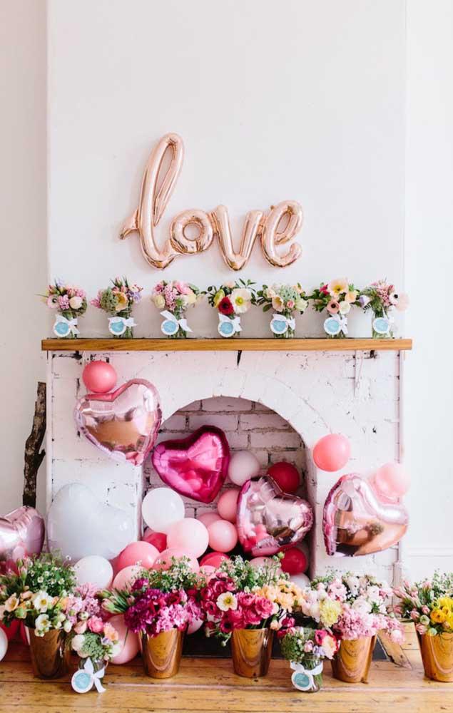 Essa surpresa para o namorado acontece na beira da lareira lindamente decorada