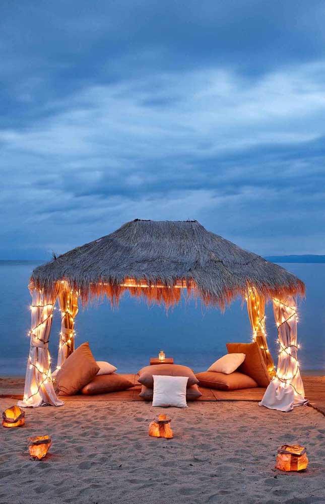A cabana na praia ficou incrível com a decoração romântica, perfeita para surpreender quem se ama