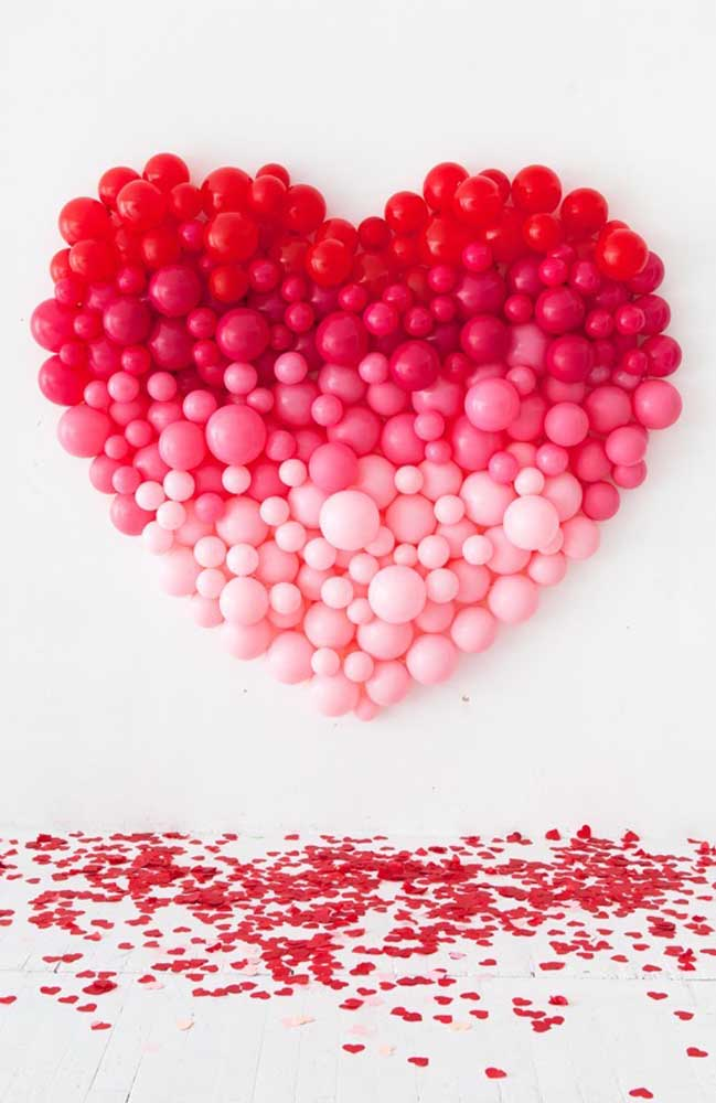 O painel ao fundo com os balões em degradê forma uma surpresa e tanto para o namorado