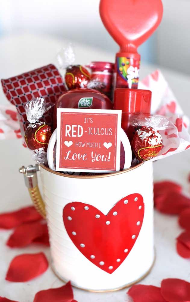 Essa pequena latinha com doces e recados românticos ficou super delicada