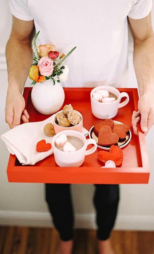 Bandeja de chocolate quente e doces, perfeita para presentear o namorado no inverno
