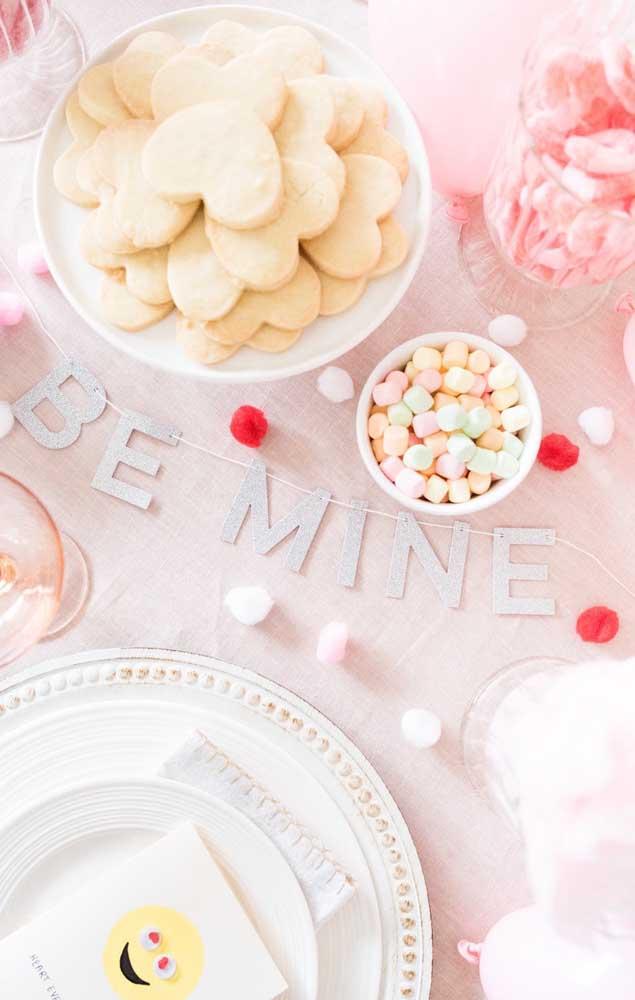 A mesa contou com recadinhos fofos para romantizar ainda mais o presente para o namorado