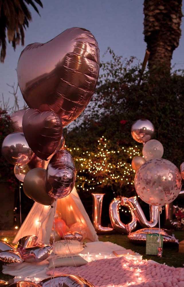 Surpreenda seu namorado decorando o jardim, a varanda ou outro espaço aberto com luzes e balões