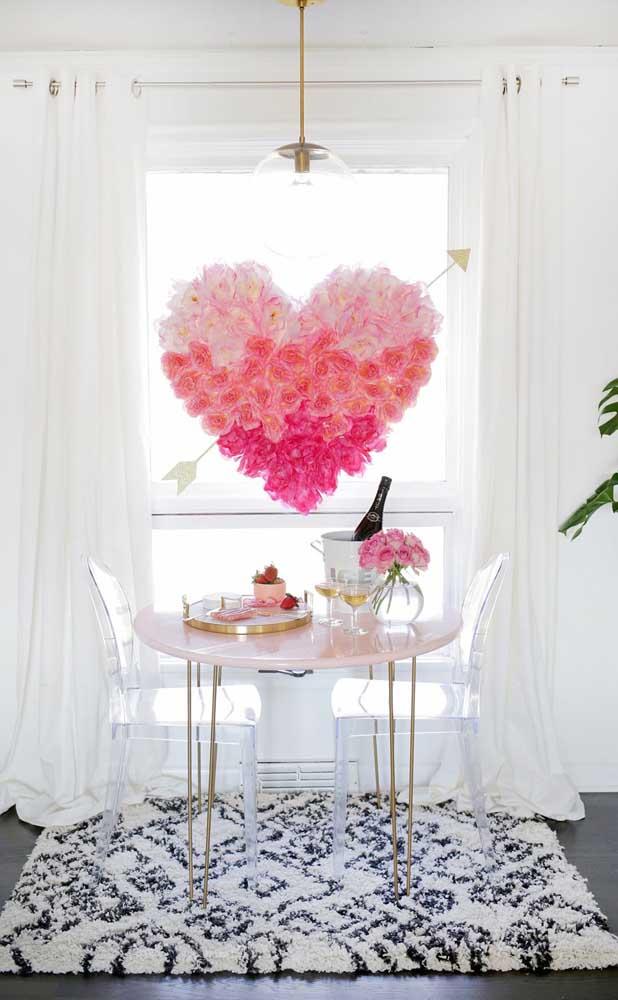 Mesa posta para presentear o namorado com um jantar romântico; destaque para o coração gigante feito de flores