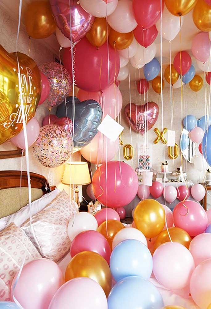 Que tal decorar todo o quarto com balões metalizados?