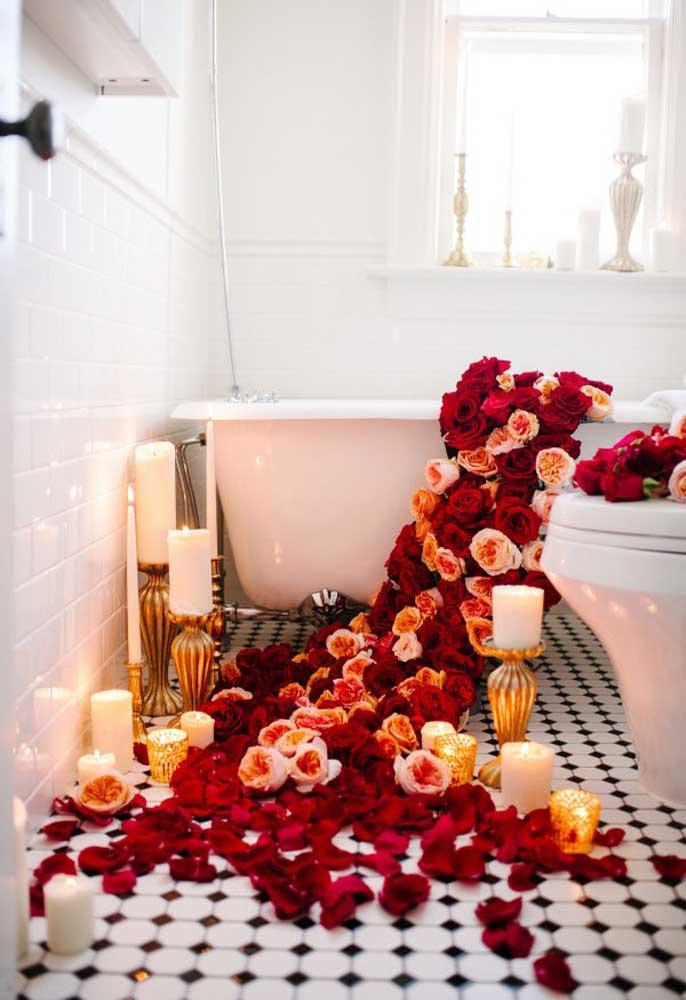 Deixe o ambiente bem romântico para tomar um bom banho com seu amado.