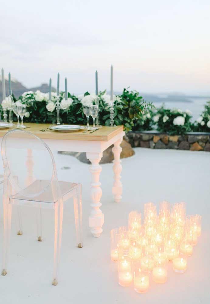 Para iluminar o jantar, use velas dentro de copos transparentes.