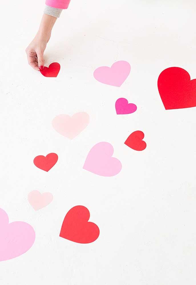 Peça para seu amado seguir as pegadas de coração para chegar até o presente.