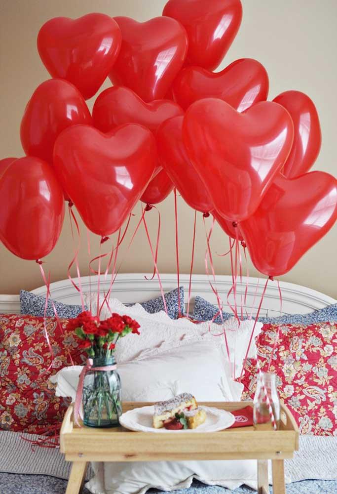 Quando servir o café da manhã, coloque muitos balões para comemorar o dia dos namorados.