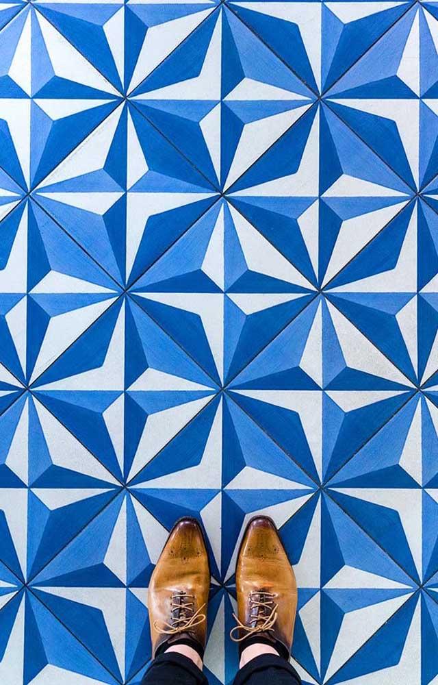 O efeito 3D desse piso geométrico é incrível! Pode até causar vertigem, cuidado!