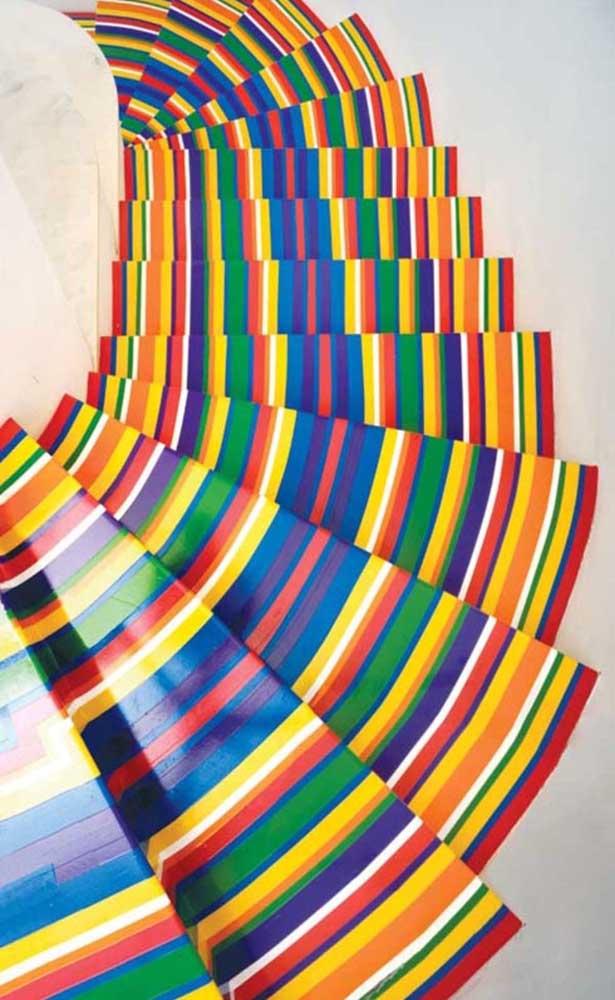 Piso com efeito 3D na escada; as listras multicoloridas provocam um efeito visual super marcante