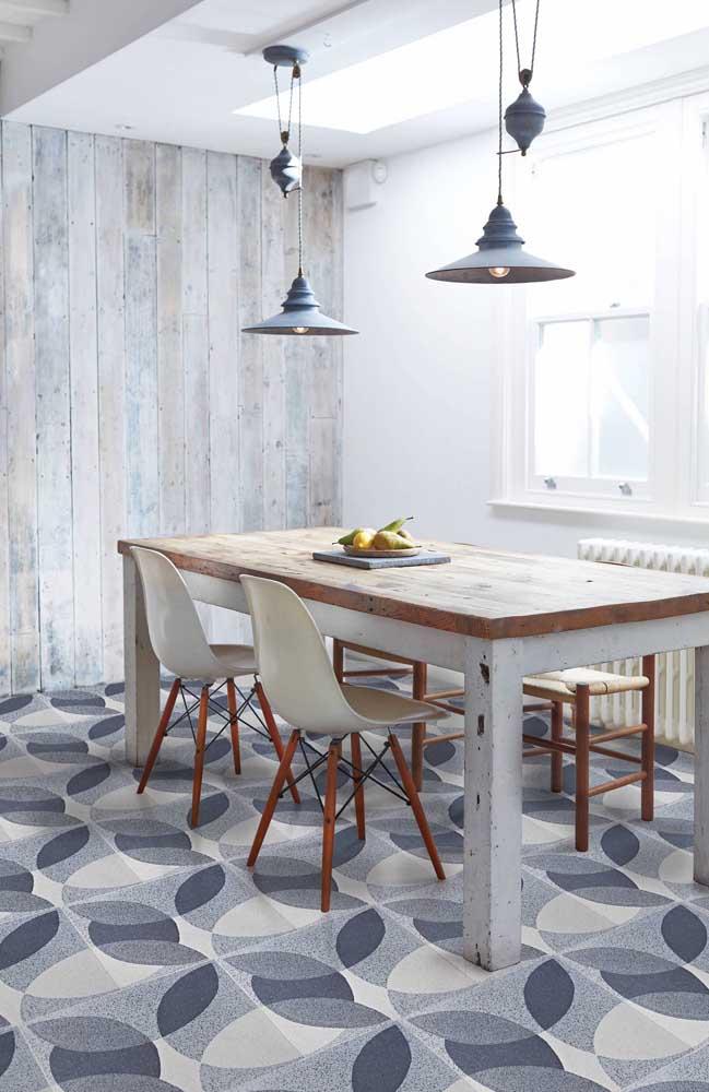 Já nessa sala de jantar rústica, a opção foi por um piso 3D branco, cinza e azul