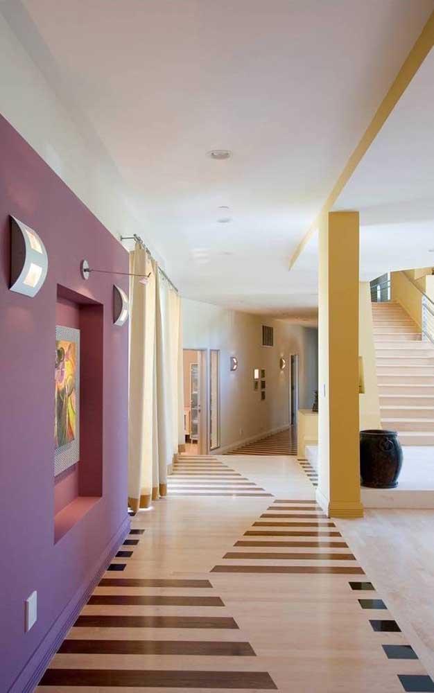 Esse ambiente amplo e integrado contou com piso 3D suave e em tons neutros