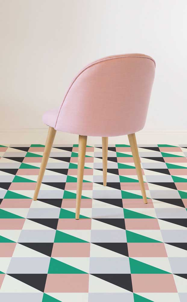 A combinação dos padrões geométricos com as cores contrastantes no piso 3D deixou o visual dessa sala de estar incrível