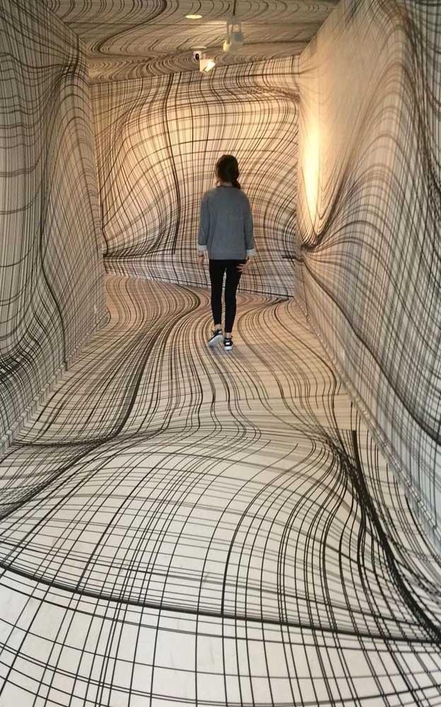 Parece uma dobra no tempo, mas é só um corredor revestido inteiramente com piso 3D