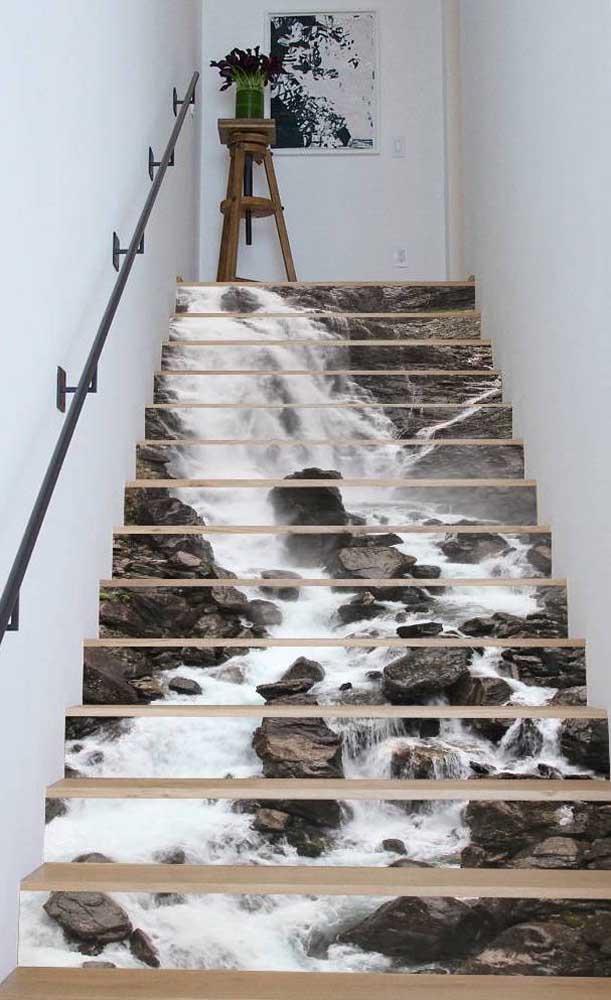 Uma queda d'água correndo pela escada de casa, o que acha de um efeito assim?