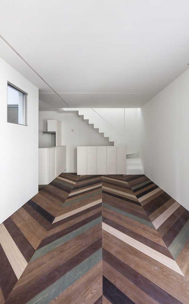 Piso com efeito 3D de madeira; a forma como as ripas foram colocadas é que provocam o efeito; perceba ainda a sensação de profundidade e amplitude que o piso provoca no ambiente