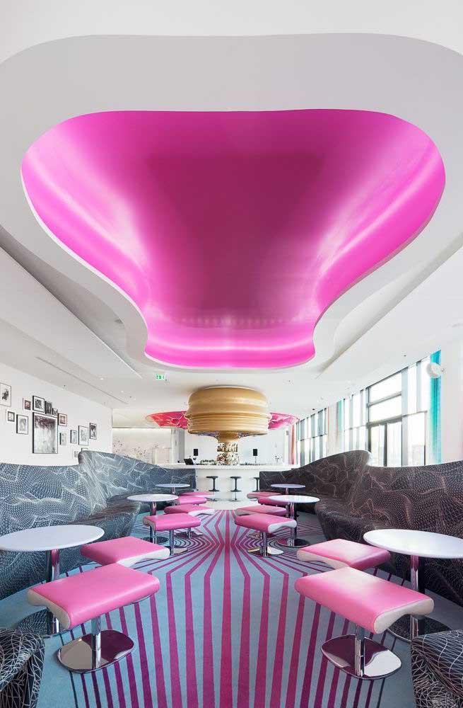 As listras cor de rosa do piso 3D garantem uma sensação de profundidade impressionante