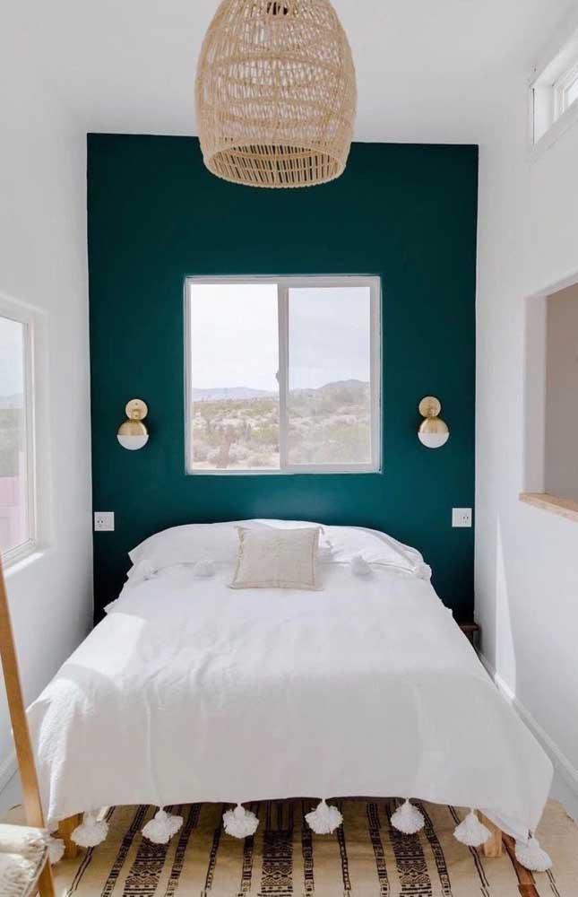 Que bela inspiração de quarto casal! A parede verde esmeralda garante cor e elegância ao pequeno espaço