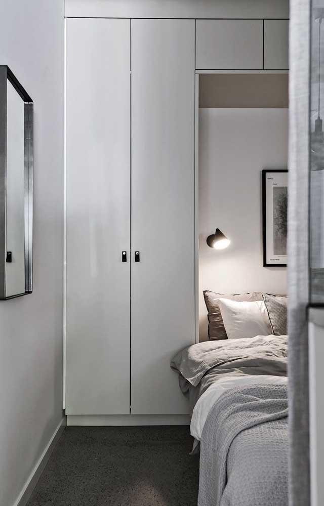 Cama de embutir ainda é uma boa solução para quartos de casal pequeno