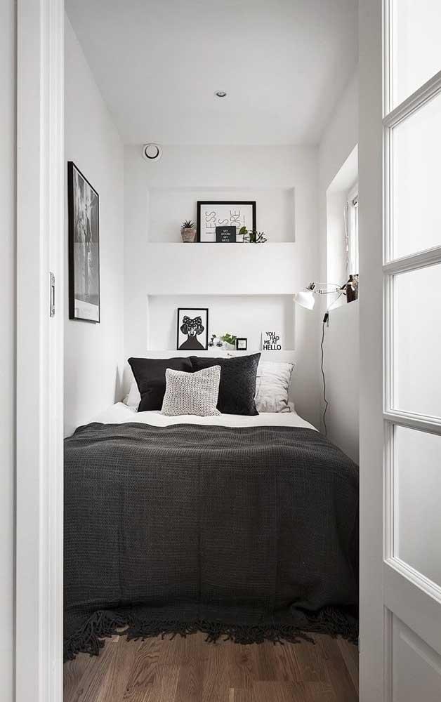 Nesse outro quarto de casal, minúsculo, praticamente não existe corredor, a cama é acessada pela frente; destaque para os nichos embutidos que permitem a presença de objetos decorativos