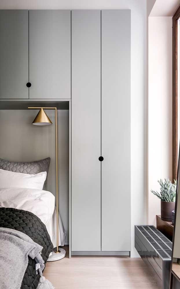 Alguns objetos podem fazer toda a diferença no quarto de casal pequeno, como uma luminária de chão