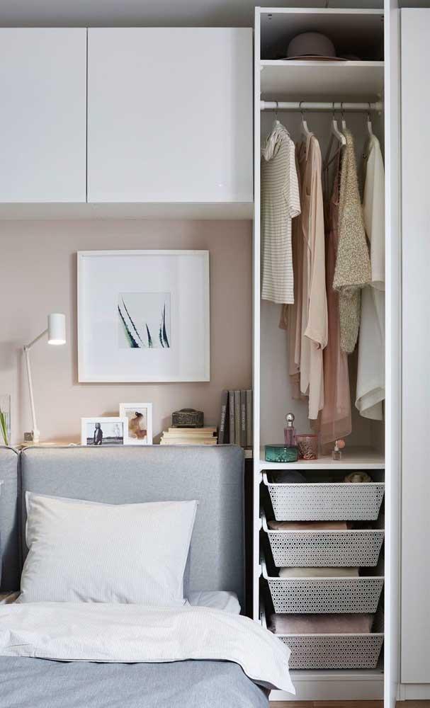 Guarda roupa pequeno, mas muito bem organizado para dar conta de todas as coisas do casal