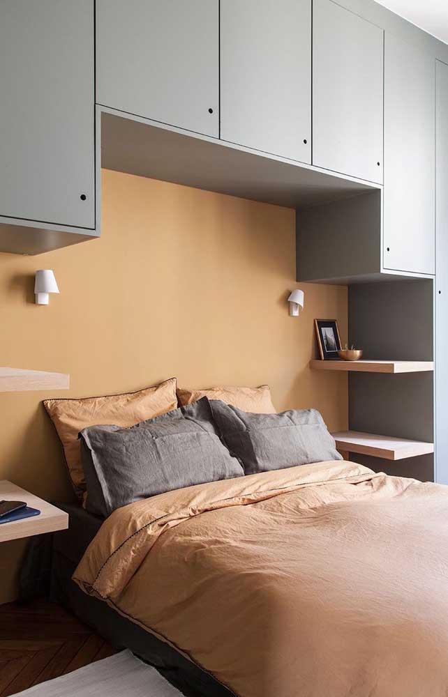 Armários aéreos também são boas opções para economizar espaço no quarto de casal pequeno