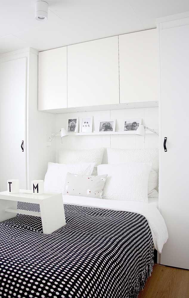 O clássico duo preto e branco é uma ótima pedida para quartos pequenos